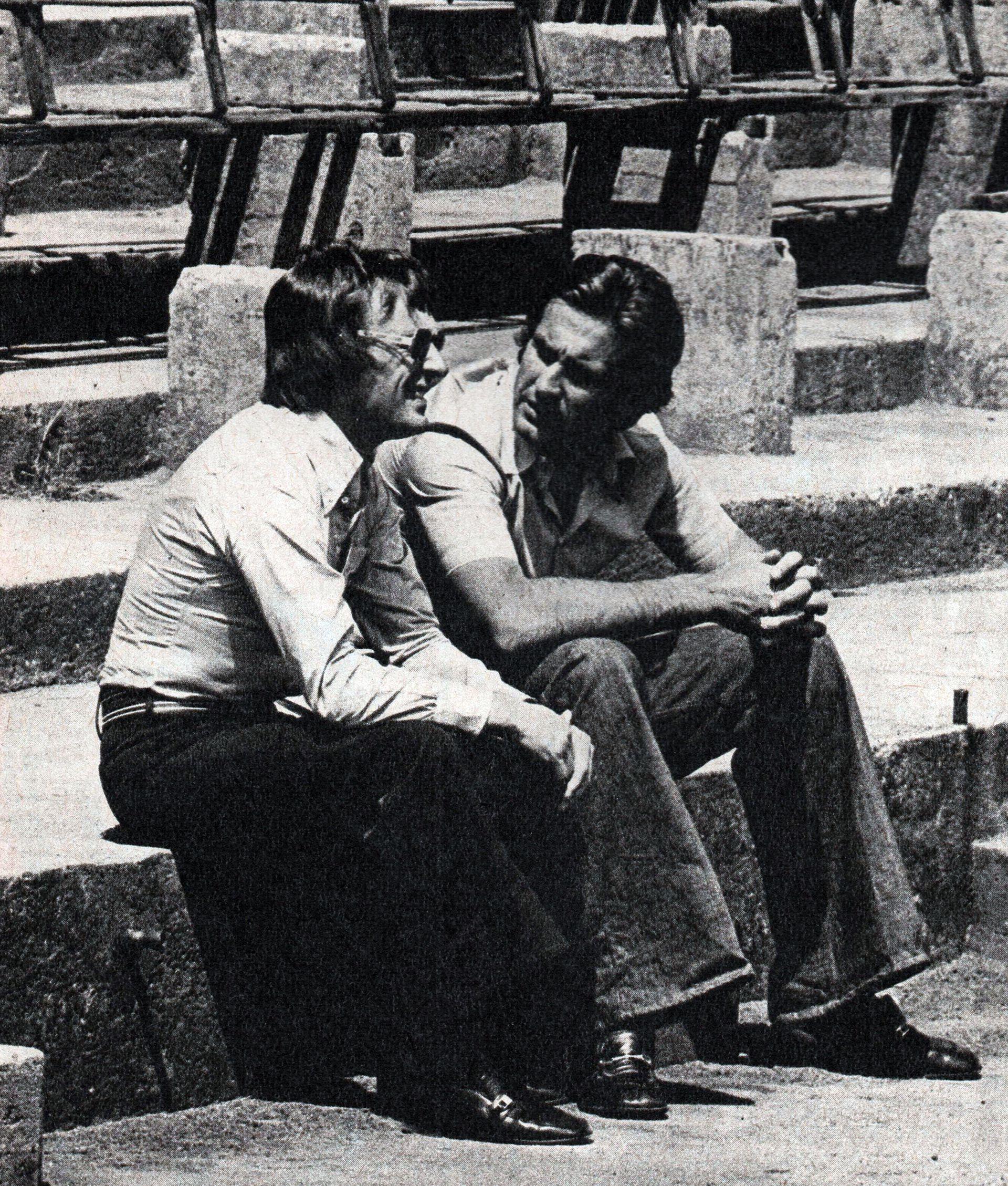Ecclestone dialoga con Carlos Alberto Reutemann en una vieja tribuna de Nurburgring en 1975. Para Bernie, Lole podría haber sido campeón.  (Archivo CORSA).