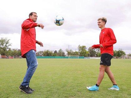 Mateo Klimowicz con su padre Diego, ex futbolista y uno de los máximos goleadores de Argentina en la historia de la Bundesliga (IG: @mateoklimowicz)