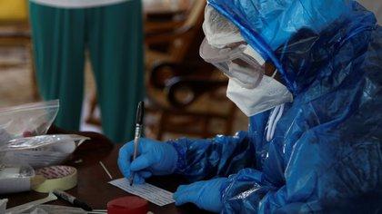 Detuvieron a dos bioquímicas que vendían certificados falsos de testeos negativos de coronavirus