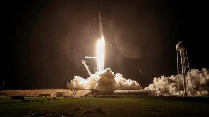 A SpaceX Falcon 9 rocket is launched, topped with the Crew Dragon capsule, carrying four astronauts on NASA's first commercial crew operational mission at Kennedy Space Center in Cape Canaveral, Florida. Picture taken November 15, 2020 REUTERS / Thom Baur