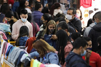 FILE PHOTO: People wearing face masks shop in the commercial sector of San Victorino during the Christmas sales season as the coronavirus disease (COVID-19) outbreak continues in Bogota, Colombia December 5, 2020. REUTERS/Luisa Gonzalez/File Photo