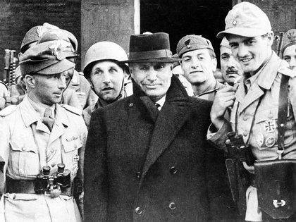 Benito Mussolini frente al hotel en el Gran Sasso con los paracaidistas alemanes que lo liberaron. (AP)