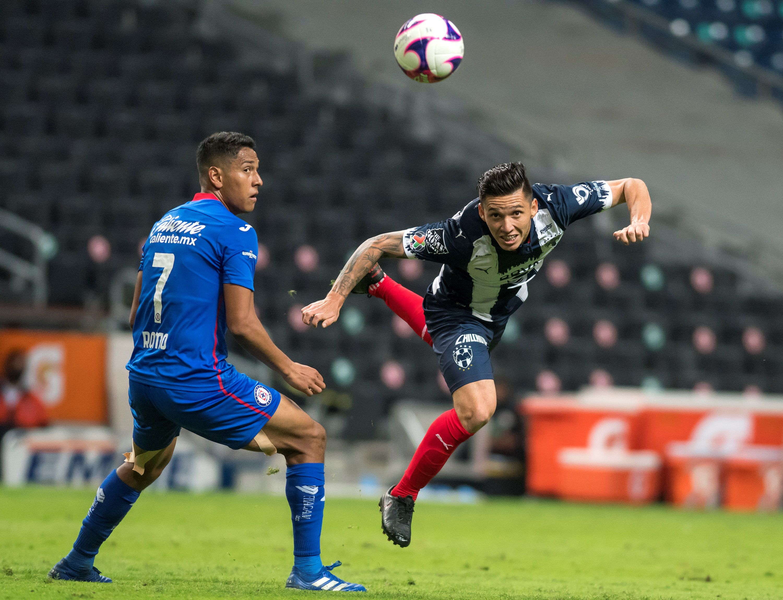 Matias Kranevitter (d) de Rayados de Monterrey disputa el balón con Luis Romo (i) de Cruz Azul, durante un partido en el estadio BBVA de la ciudad de Monterrey (México). EFE/Miguel Sierra/Archivo
