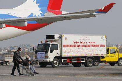 Un camión con dosis de la vacuna de AstraZeneca producidas por el Serum Institute en el aeropuerto internacional Tribhuwan de Kathmandu, Nepal (AP Photo/ Niranjan Shrestha)