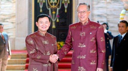 A la izquierda, el primer ministro de Tailandia, Thaksin Shinawatra, saludando su par de Singapur, Goh Chok Tong, en el Salón del Trono de Ananta Samakhon, el 21 de octubre de 2003 en Bangkok (Shutterstock)