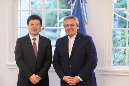 El presidente Alberto Fernandez y el embajador de China, Zou Xiaoli, en la residencia de Olivos