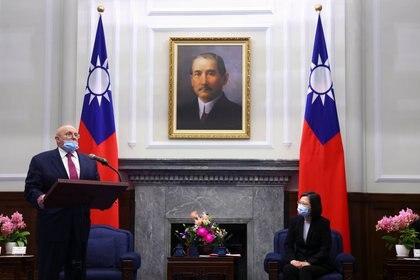 El ex subsecretario de Estado de Estados Unidos, Richard Armitage, habla en una reunión con la presidenta de Taiwán, Tsai Ing-wen, en la oficina presidencial en Taipéi, Taiwán (Reuters/ Ann Wang/ Pool)