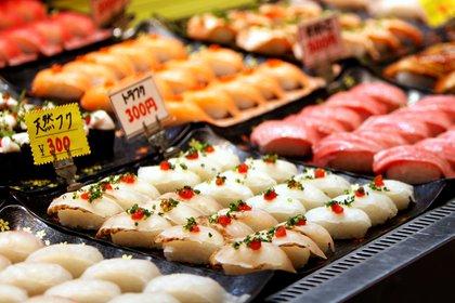 Niguiris de pez globo, o fugu, vendidos en un mercado de Shimonoseki a 300 yenes la pieza (REUTERS/Sakura Murakami)