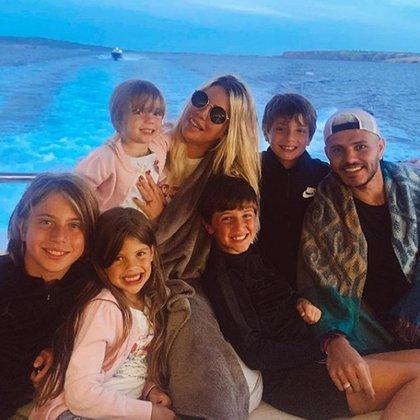 Wanda junto a sus hijos y su esposo (Instagram)