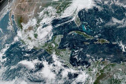 Conagua pronostica lluvias que podrían esta acompañadas de granizo, fuertes vientos y actividad eléctrica en casi todos los estados de México (Foto: RAMMB/NOAA/vía GOES-16)