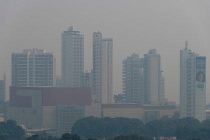 Vista del aire contaminado por el humo de numerosos incendios forestales en la ciudad de Cuiabá, en el estado de Mato Grosso (Brasil). EFE/Rogerio Florentino/Archivo