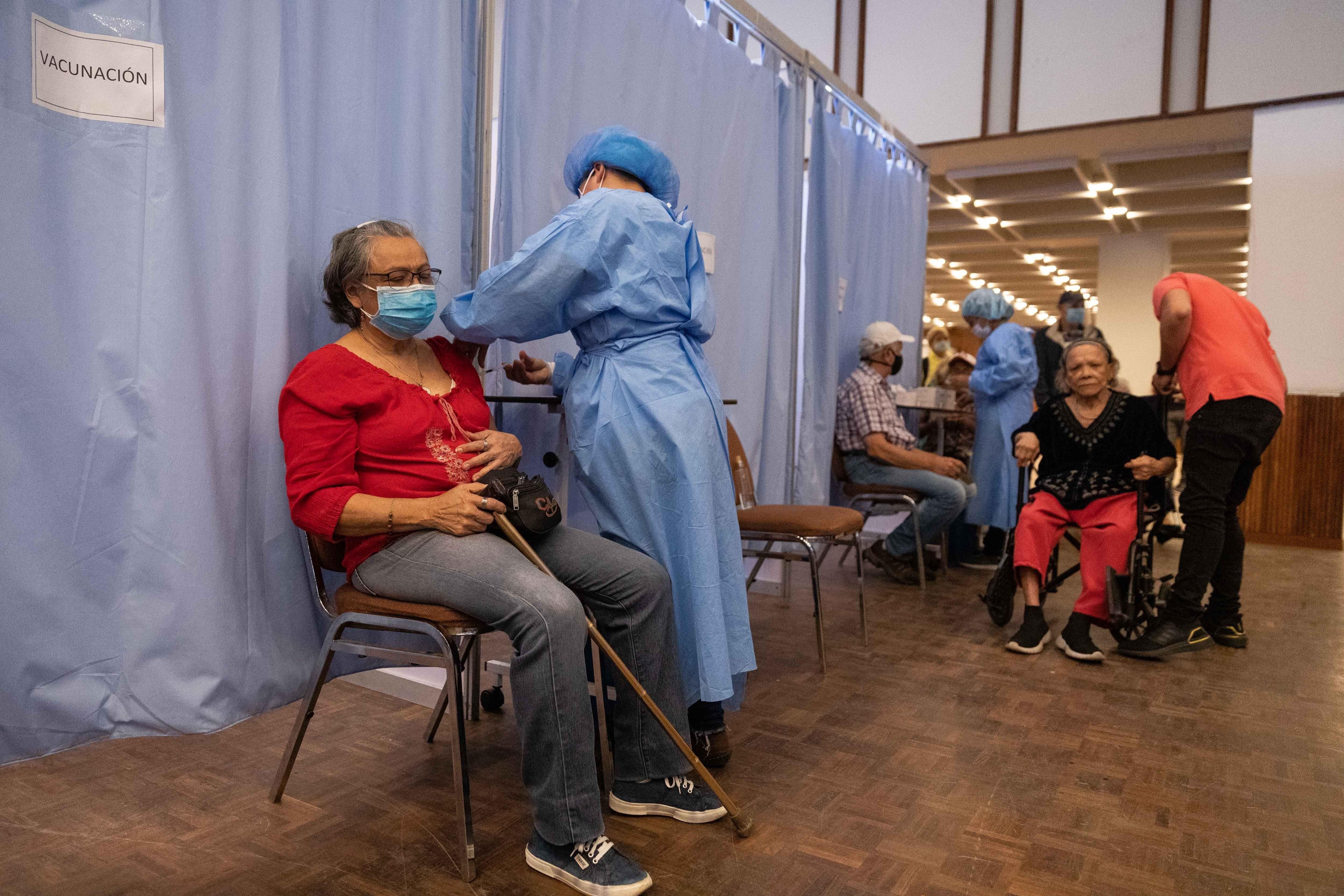 Una enfermera prepara una dosis de la vacuna rusa Sputnik V en el Hotel Alba de Caracas (Venezuela). EFE/ Rayner Peña/Archivo