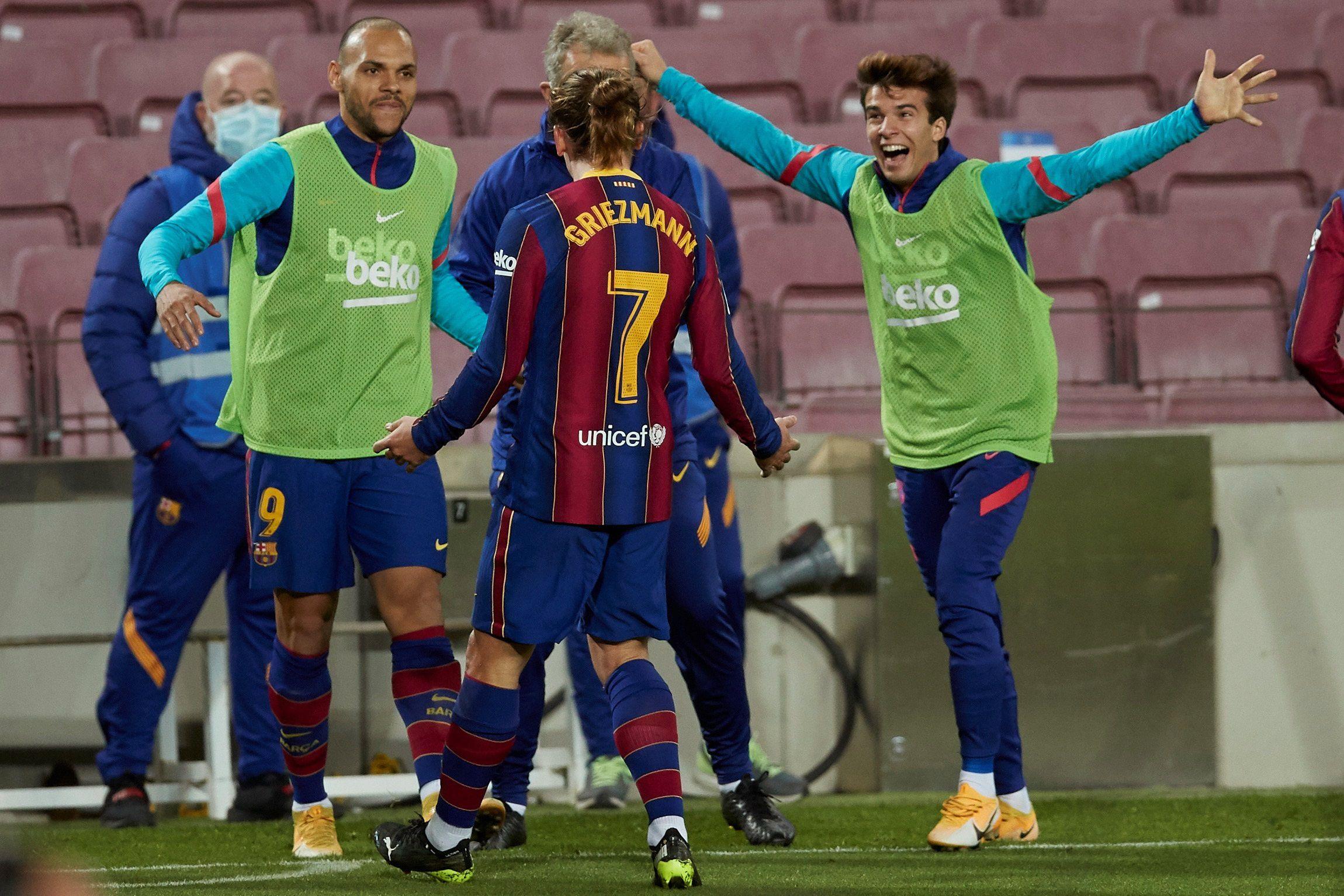 El delantero del FC Barcelona Antoine Griezmann (c) celebra tras marcar el segundo gol ante el Athletic, durante el partido de Liga en Primera División disputado en el Camp Nou, en Barcelona. EFE/Alejandro García