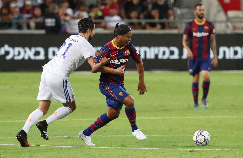 Ronaldinho fue una de las principales atracciones del clásico (REUTERS/Ronen Zvulun)
