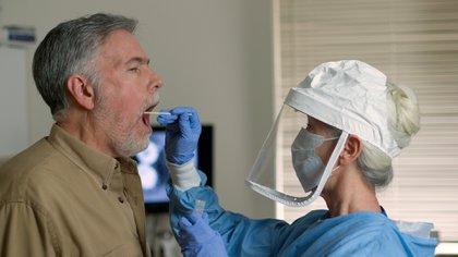 Luego de seis a ocho horas de hisopado, el paciente ya cuenta con el resultado de la PCR (Shutterstock)