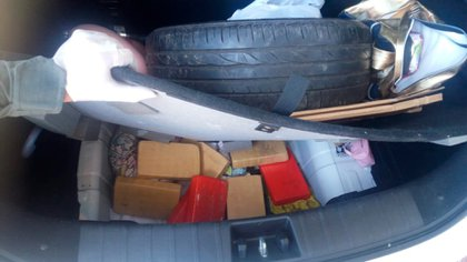 La droga era transportada en el baúl del vehículo, debajo de la rueda de auxilio