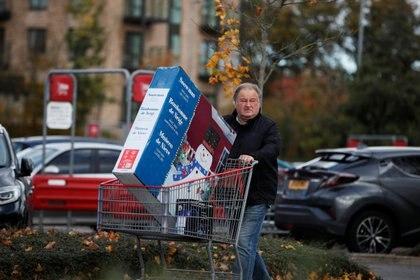 Compras de decoraciones navideñas en Watford (Reuters)