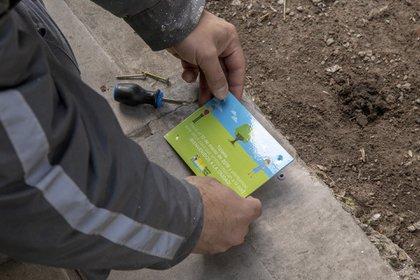 La placa además de los nombres contiene información útil en el espacio público