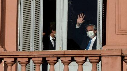 El Presidente en la Casa Rosada saludando a los militantes que se acercaron a la Plaza de Mayo por el aniversario de la muerte de Néstor Kirchner (Nicolás Stulberg)