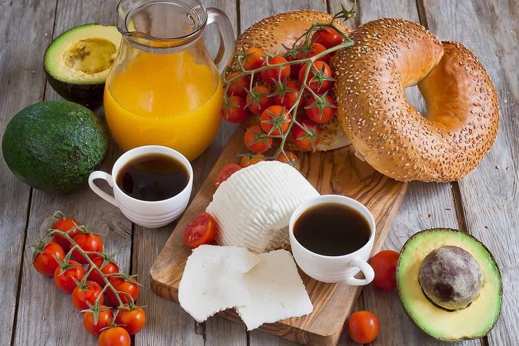 El desayuno mediterráneo suele incluir café, infusiones o leche con cacao, jugo de naranja natural, tostadas con aceite de oliva y tomate, frutos secos, cereales, embutidos, fruta y yogur (Shutterstock)