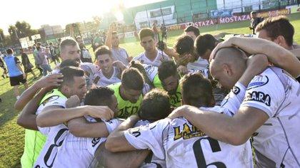 Bajo su tutela, Martínez subió a la Primera Nacional y hoy está en posición de Reducido en el Grupo 1, con 7 triunfos y 5 derrotas  (Foto: @EstudiantesOK)