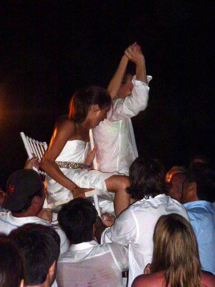 Los novios festejando su casamiento