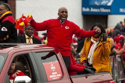 La emocionante victoria del Super Bowl 31-20 de los Kansas City Chiefs sobre los San Francisco 49ers atrajo a más de 102 millones de espectadores totales en varias plataformas Fox, dijo el lunes la compañía de investigación Nielsen