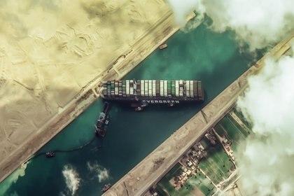 El portacontenedores Ever Given, que había bloqueado el Canal de Suez, pudo navegar nuevamente hacia su destino, pero debe pagar una multa antes de hacerlo (Foto: European Space Imaging/dpa)