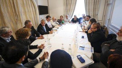 El Presidente y los organismos de derechos humanos en la reunión que tuvieron en París