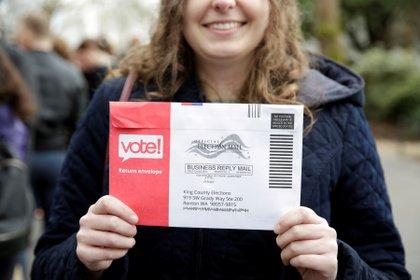 Lexi Menth de Seattle sostiene su boleta de voto por correo en Seattle, Washington, Estados Unidos. REUTERS/Jason Redmond - RC206F95RLJN/File Photo