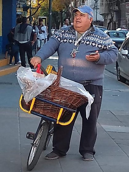 Jorge went out to sell churros in CABA. This photo is prior to the pandemic, so he does not wear a chinstrap