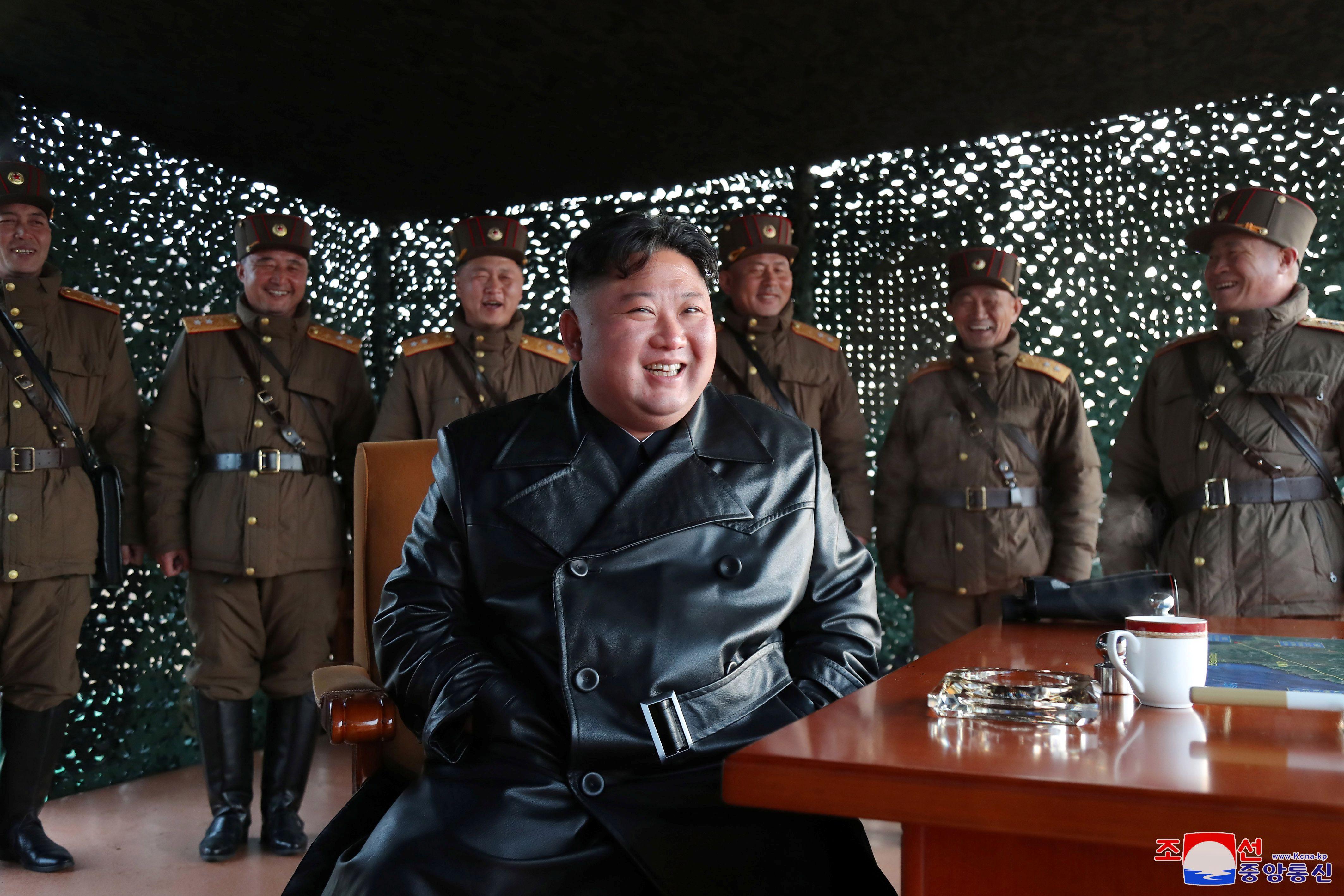 Kim Jong-un observando uno de sus tantos lanzamientos de misiles