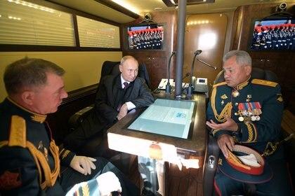 Putin, Shoigu y  Zhuravlyov, a bordo de la patrullera Raptor antes del desfile del Día de la Marina en San Petersburgo