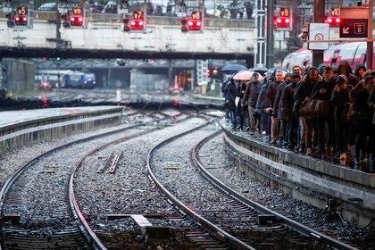 La plataforma llena en la estación Gare Saint-Lazare, esperando por las pocas unidades en circulación (Reuters)