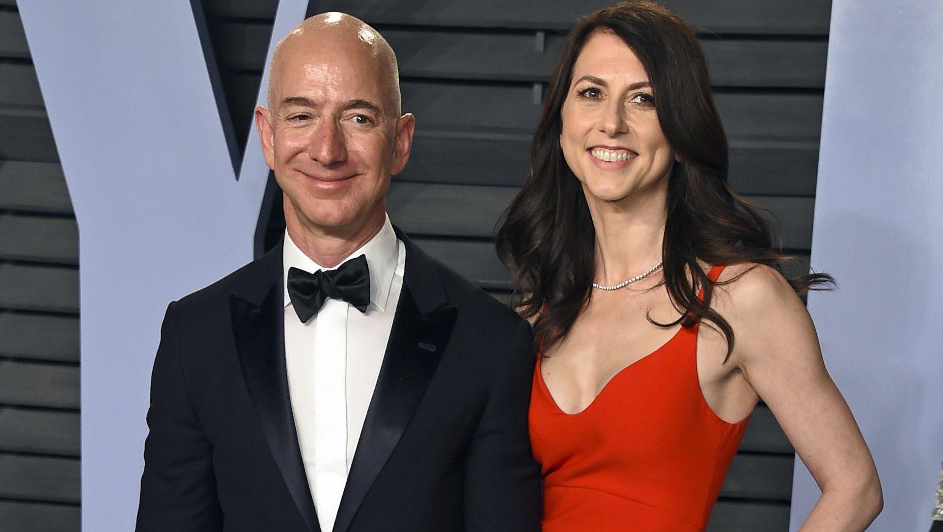 En esta foto de archivo del 4 de marzo de 2018,  MacKenzie Bezos asiste junto asu entonces esposo Jeff Bezos a la fiesta de los Oscar de Vanity Fair en Beverly Hills. (AP)