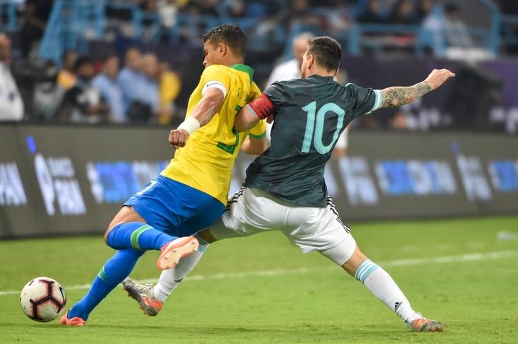 Thiago Silva acusó a Lionel Messi de maleducado e influir sobre los árbitros (Photo by Fayez Nureldine / AFP)
