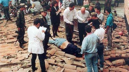 Miembros del Bloque de Búsqueda al rededor del cadáver de Pablo Escobar, capo del Cartel de Medellin.