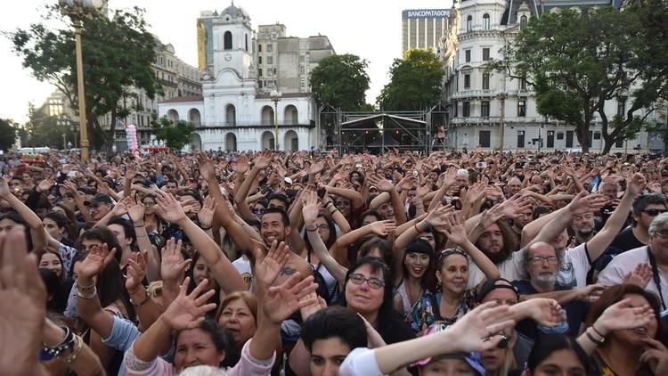 Miles de personas se acercaron a Plaza de Mayo