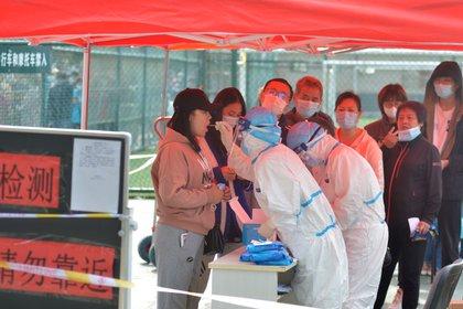 De los 9 nuevos infectados, 8 de ellos son pacientes o cuidadores del Hospital Municipal de Dolencias Pectorales, mientras que la persona restante es un familiar de uno de ellos.
