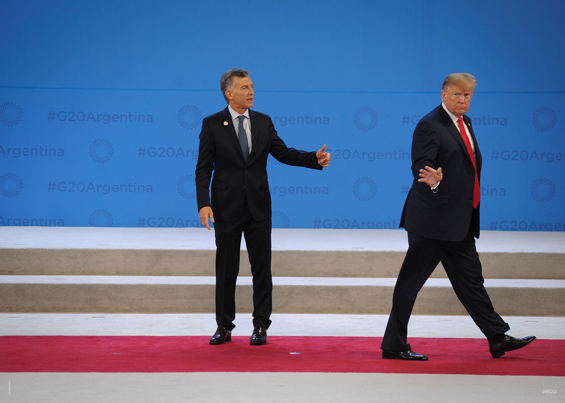 FEDERICO LÓPEZ. CABA. 30 de Noviembre 2018. El presidente Mauricio Macri intenta detener al presidente Donald Trump luego del saludo protocolar durante la Cumbre del G-20