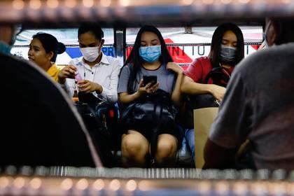 Pasajeros usan máscaras faciales protectoras dentro de un taxi colectivo en medio de nuevos casos de coronavirus en Manila, Filipinas (Reuters)