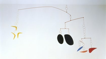 Boomerangs, 1941. Chapa, alambre y pintura 114,3 x 297,2 cm Calder Foundation, New York © 2018 Calder Foundation, Nueva York / Artists Rights Society (ARS), Nueva York / SAVA Buenos Aires.