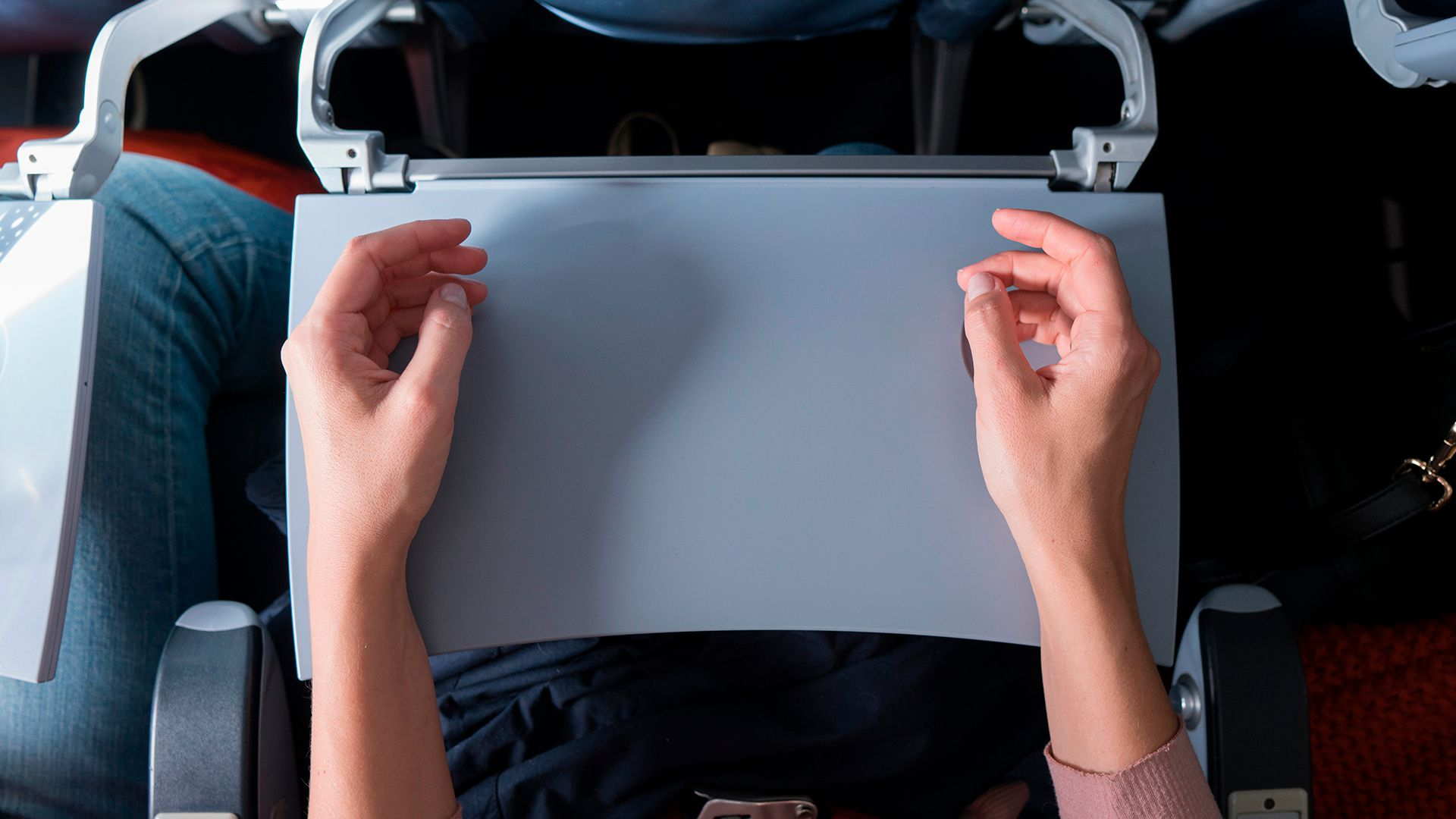 Según los hallazgos develados por una investigación, el contacto con superficies contaminadas o personas infectadas al abordar, mover o desembarcar de la aeronave puede desempeñar un papel fundamental en la transmisión de infecciones durante el vuelo (Shutterstock)