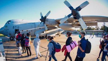 Los argentinos ingresando al avión Hércules (Foto: @RossiAgustinOk)
