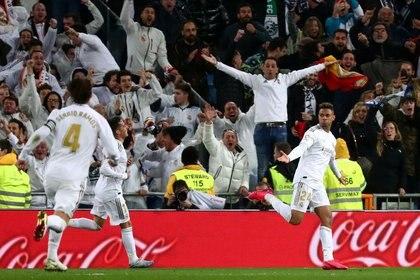 Mariano Díaz celebra con sus compañeros tras anotar el 2-0 del Real Madrid. 1 de marzo de 2020 (Reuters/ Sergio Pérez)