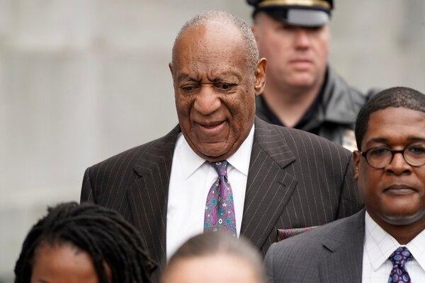 Bill Cosby sale del juicio. (REUTERS/Jessica Kourkounis)
