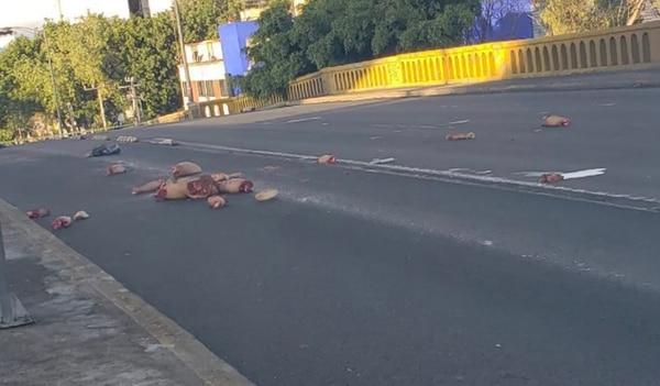 Los cuerpos en pedazos aparecieron sobre el asfalto de la avenida Insurgentes.