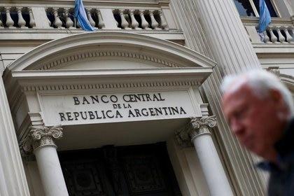 Un hombre camina frente al Banco Central, en el distrito financiero de Buenos Aires (REUTERS/Marcos Brindicci)