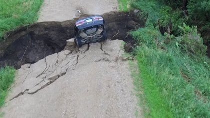 Se cree que la grieta se abrió en la carretera a consecuencia de las lluvias.