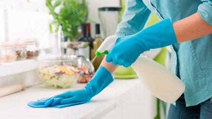 No solo en tiempos de pandemia hay que hacer una limpieza profunda de la casa (Shutterstock)